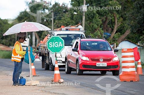 Interdição para aplicação de asfalto no Km 5 da Rodovia Jayme Câmara (GO-070) próximo à cidade de Goiás  - Goiás - Goiás (GO) - Brasil