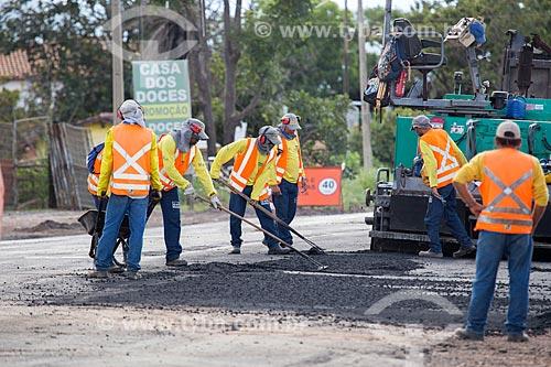 Operários aplicando asfalto no Km 5 da Rodovia Jayme Câmara (GO-070) próximo à cidade de Goiás  - Goiás - Goiás (GO) - Brasil