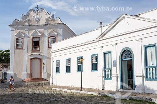 Fachada do Palácio Conde dos Arcos com a Igreja de Nossa Senhora da Boa Morte (1779) - também abriga o Museu de Arte Sacra da Boa Morte - ao fundo  - Goiás - Goiás (GO) - Brasil
