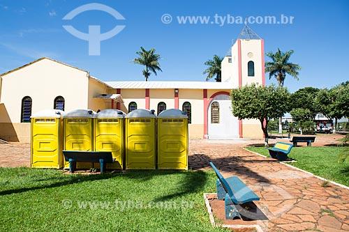 Banheiro químico na Praça São Sebastião com a Igreja de São Sebastião ao fundo  - Itaguari - Goiás (GO) - Brasil