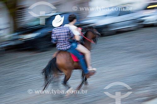 Casal andando a cavalo no centro histórico da cidade de Pirenópolis  - Pirenópolis - Goiás (GO) - Brasil