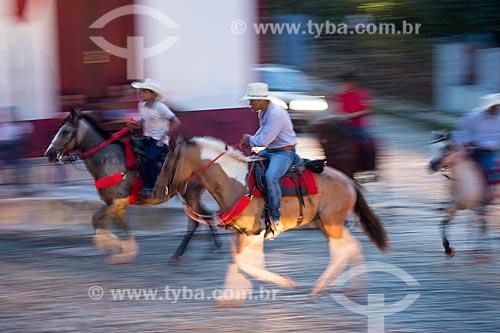 Homens andando a cavalo no centro histórico da cidade de Pirenópolis  - Pirenópolis - Goiás (GO) - Brasil