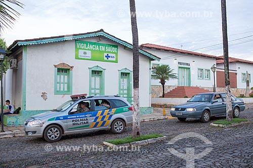 Viatura da Polícia Militar na Avenida Benjamin Constant em frente à Casa de vigilância em saúde  - Pirenópolis - Goiás (GO) - Brasil