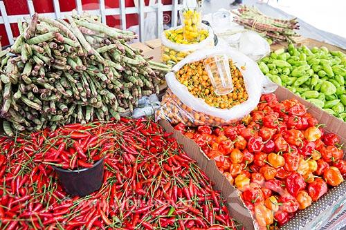 Detalhe de feijão de corda, Pimenta-malagueta, pimenta-jalapenho, pimenta de bode rosa, pimenta cumari e pimenta de cheiro à venda em feira livre  - Goiânia - Goiás (GO) - Brasil