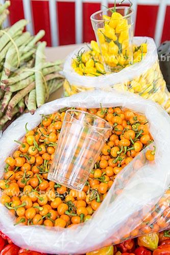 Detalhe de pimenta de bode rosa (Capsicum chinense) à venda em feira livre  - Goiânia - Goiás (GO) - Brasil