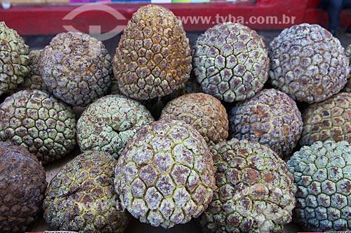 Detalhe de araticum (Annona crassiflora) à venda em feira livre  - Goiânia - Goiás (GO) - Brasil