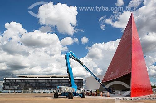 Funcionários fazendo a manutenção do Monumento aos Direitos Humanos (2006) - parte do Centro Cultural Oscar Niemeyer  - Goiânia - Goiás (GO) - Brasil