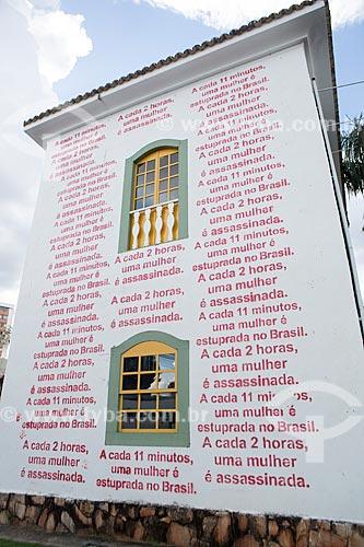 Frases escritas repetidas vezes na fachada do Instituto Rizzo - parte da Campanha Menos Rótulos, Mais Respeito contra o assédio sexual e o feminicídio idealizada por procuradoras do Estado de Goiás  - Goiânia - Goiás (GO) - Brasil