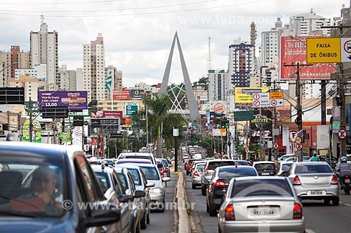 Tráfego na Avenida 85 com o monumento conhecido como Espetos no Viaduto João Alves de Queiroz ao fundo  - Goiânia - Goiás (GO) - Brasil