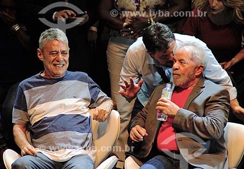Chico Buarque e o ex-presidente Luiz Inácio Lula da Silva durante ato em defesa da democracia no Circo Voador  - Rio de Janeiro - Rio de Janeiro (RJ) - Brasil
