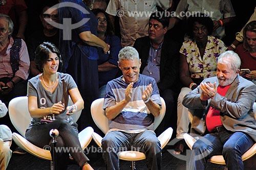 Manuela dÁvila, Chico Buarque e o ex-presidente Luiz Inácio Lula da Silva durante ato em defesa da democracia no Circo Voador  - Rio de Janeiro - Rio de Janeiro (RJ) - Brasil