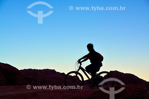 Turista andando de bicicleta durante o entardecer no Valle de la Muerte (Vale da Morte) no Deserto do Atacama  - San Pedro de Atacama - Província de El Loa - Chile