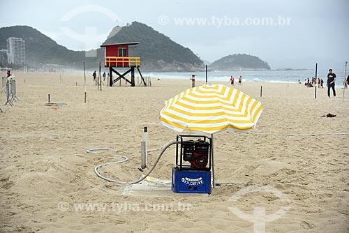 Bomba dágua com a guarita de salva-vidas na orla da Praia de Copacabana com o Área de Proteção Ambiental do Morro do Leme ao fundo  - Rio de Janeiro - Rio de Janeiro (RJ) - Brasil