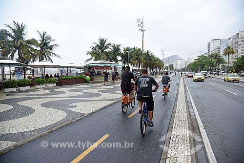 Ciclista em ciclovia na orla da Praia de Copacabana  - Rio de Janeiro - Rio de Janeiro (RJ) - Brasil