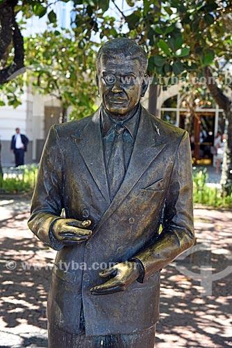 Detalhe de estátua em homenagem à Ibrahim Sued (2004) em frente ao Hotel Copacabana Palace  - Rio de Janeiro - Rio de Janeiro (RJ) - Brasil