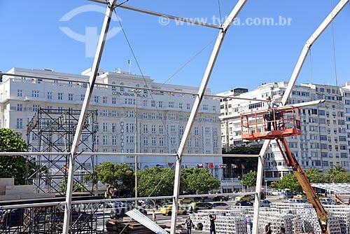 Plataforma elevatória durante a montagem de palco na Praia de Copacabana para show no réveillon com o Hotel Copacabana Palace ao fundo  - Rio de Janeiro - Rio de Janeiro (RJ) - Brasil