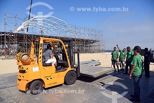 Operários durante a montagem de palco na Praia de Copacabana para show no réveillon  - Rio de Janeiro - Rio de Janeiro (RJ) - Brasil