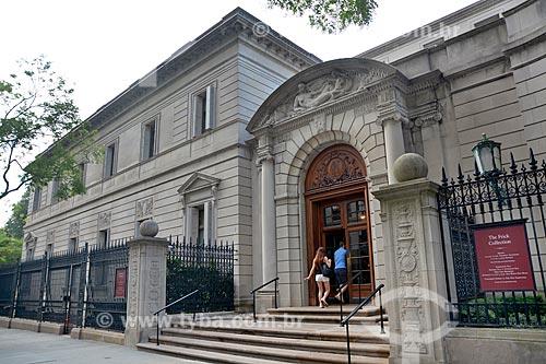 Casal entrando The Frick Collection (Coleção Frick)  - Cidade de Nova Iorque - Nova Iorque - Estados Unidos