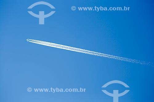 Vista de trilha de condensação de avião durante sobrevoo à cidade do Rio de Janeiro  - Rio de Janeiro - Rio de Janeiro (RJ) - Brasil