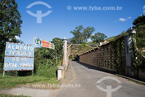 Placa com os dizeres: Alberto Torres, Seja Bem-Vindo ao lado da Ponte de Ferro Alberto Torres (1860)  - Areal - Rio de Janeiro (RJ) - Brasil
