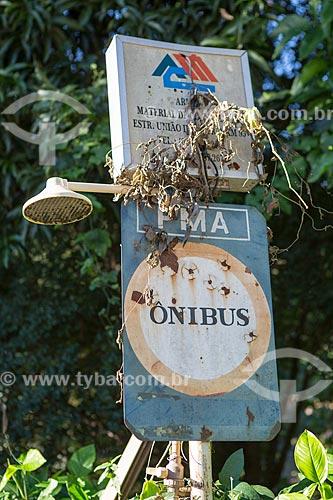 Detalhe de placa de ponto de ônibus com anúncio de loja de materiais de construção e chuveiro  - Areal - Rio de Janeiro (RJ) - Brasil