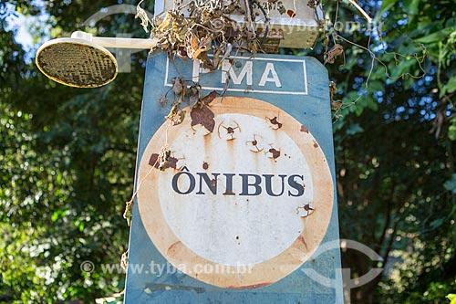 Detalhe de placa de ponto de ônibus com chuveiro  - Areal - Rio de Janeiro (RJ) - Brasil