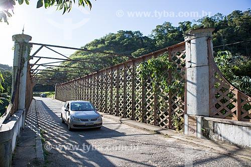 Carro transitando na Ponte de Ferro Alberto Torres (1860) - encomendada pela União Indústria à companhia inglesa E. T. Bellhouse & Co Manchester  - Areal - Rio de Janeiro (RJ) - Brasil