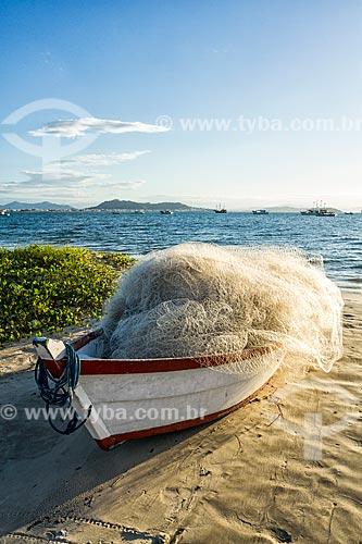 Barco atracado com rede de pesca na orla da Praia de Ponta das Canas  - Florianópolis - Santa Catarina (SC) - Brasil