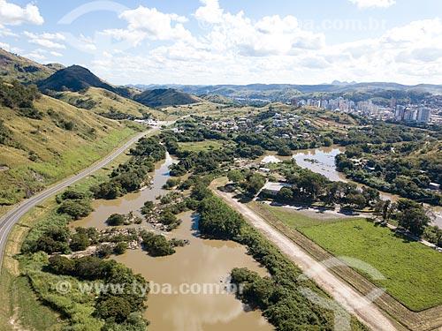 Foto feita com drone do Rio Paraíba do Sul no Km 170 da Rodovia BR-393 à esquerda com a cidade de Três Rios ao fundo  - Três Rios - Rio de Janeiro (RJ) - Brasil