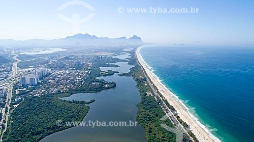 Foto feita com drone da Lagoa de Marapendi e da Praia da Reserva - à direita - com a Pedra da Gávea ao fundo  - Rio de Janeiro - Rio de Janeiro (RJ) - Brasil