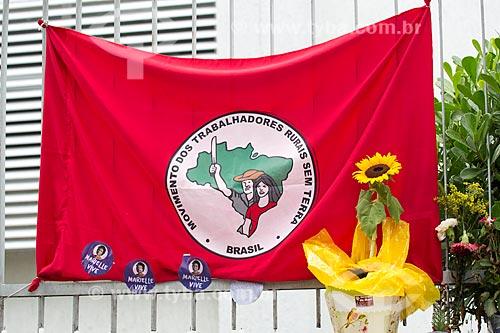 Bandeira do Movimento dos Trabalhadores Rurais Sem Terra em homenagens marcando 1 mês do assassinato da Vereadora Marielle Franco na Rua João Paulo I  - Rio de Janeiro - Rio de Janeiro (RJ) - Brasil