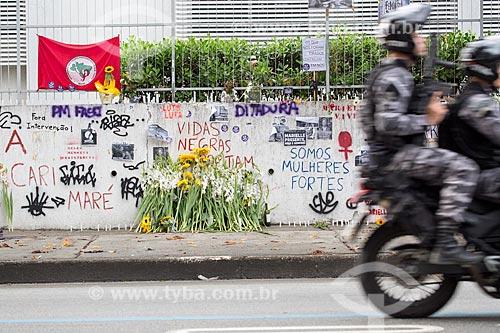 Motocicleta da Polícia Militar na Rua João Paulo I - onde ela foi assassinada a tiros - em frente à homenagens marcando 1 mês do assassinato da Vereadora Marielle Franco  - Rio de Janeiro - Rio de Janeiro (RJ) - Brasil