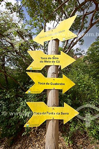 Detalhe de placas indicando os sítios arqueológicos no Parque Nacional Serra da Capivara  - Coronel José Dias - Piauí (PI) - Brasil