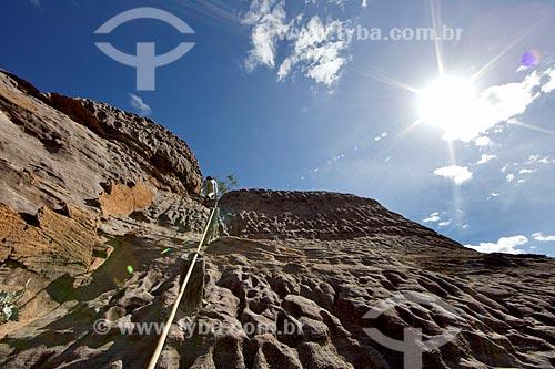 Trilha em formação rochosa na Serra Branca no Parque Nacional Serra da Capivara  - São Raimundo Nonato - Piauí (PI) - Brasil