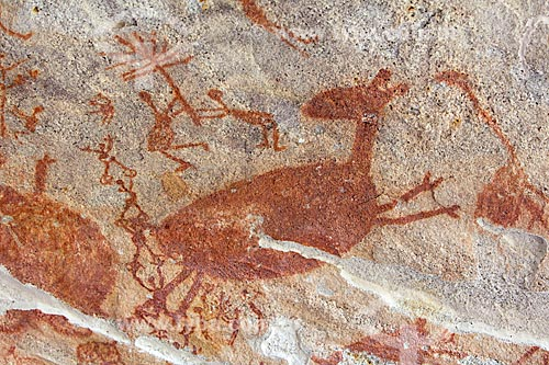 Detalhe de pintura rupestre - figuras caçando - no Sítio Arqueológico Toca da Entrada do Pajaú no Parque Nacional Serra da Capivara  - São Raimundo Nonato - Piauí (PI) - Brasil