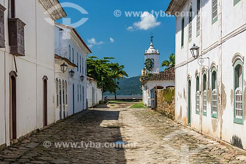 Fachada de casarios no centro histórico da cidade de Paraty com a Igreja de Nossa Senhora das Dores (1820) ao fundo  - Paraty - Rio de Janeiro (RJ) - Brasil