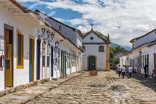 Fachada de casarios no centro histórico da cidade de Paraty com a Igreja de Nossa Senhora do Rosário dos Homens Pretos e São Benedito (1725) ao fundo  - Paraty - Rio de Janeiro (RJ) - Brasil