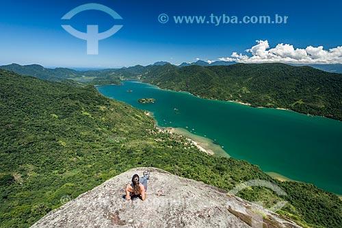 Mulher observando o Saco do Mamanguá a partir do Pico do Pão de Açúcar - também conhecido como Pico do Mamanguá  - Paraty - Rio de Janeiro (RJ) - Brasil
