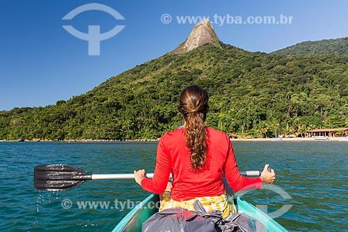 Mulher em caiaque na orla da Praia do Cruzeiro com o Pico do Pão de Açúcar - também conhecido como Pico do Mamanguá - ao fundo  - Paraty - Rio de Janeiro (RJ) - Brasil