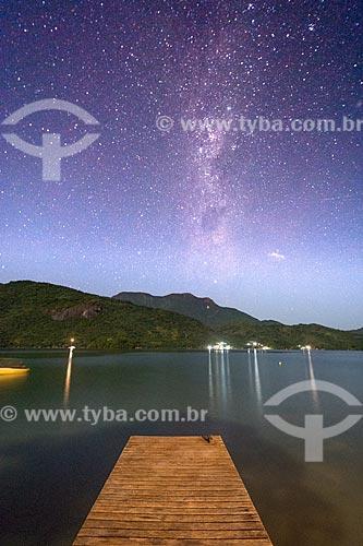 Vista do céu estrelado a partir de cais em praia no Saco do Mamanguá  - Paraty - Rio de Janeiro (RJ) - Brasil