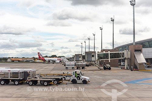 Avião da TAM Linhas Aéreas na pista do Aeroporto Internacional Juscelino Kubitschek (1957)  - Brasília - Distrito Federal (DF) - Brasil
