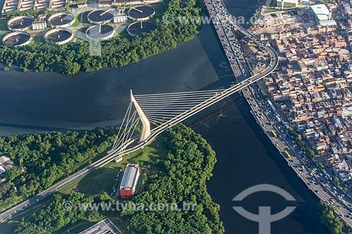 Foto aérea da Ponte do Saber com a Estação de Tratamento de Esgoto da Alegria - acima - e o Complexo da Maré - à direita  - Rio de Janeiro - Rio de Janeiro (RJ) - Brasil