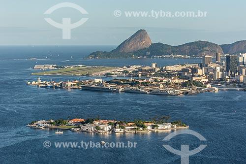 Foto aérea da Ilha das Enxadas - atual sede do Centro de Instrução Almirante Wandenkolk (CIAW) - com o Aeroporto Santos Dumont e o Pão de Açúcar ao fundo  - Rio de Janeiro - Rio de Janeiro (RJ) - Brasil