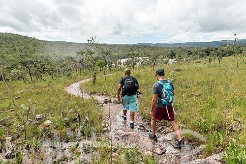 Homens em trilha do Parque Nacional da Chapada dos Veadeiros  - Alto Paraíso de Goiás - Goiás (GO) - Brasil