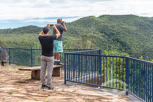 Homens fotografando a paisagem a partir do Mirante da Nova Aurora  - Cavalcante - Goiás (GO) - Brasil