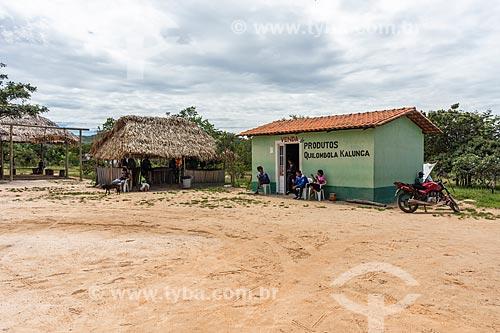 Cabine da Polícia construída em madeira - à esquerda - e loja de produtos produzido na Comunidade Calunga próxima à cidade de Cavalcante  - Cavalcante - Goiás (GO) - Brasil