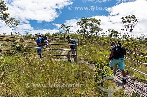 Pessoas em trilha do Parque Nacional da Chapada dos Veadeiros  - Alto Paraíso de Goiás - Goiás (GO) - Brasil