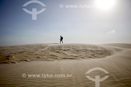 Homem andando nas dunas do Delta do Parnaíba  - Ilha Grande - Piauí (PI) - Brasil