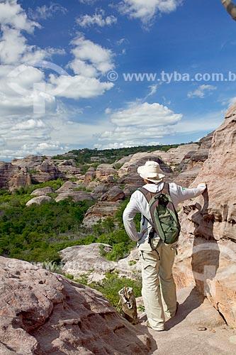 Homem observando a paisagem a partir de formação rochosa na Serra Branca - Parque Nacional Serra da Capivara  - São Raimundo Nonato - Piauí (PI) - Brasil