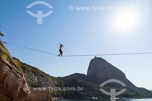 Praticante de slackline na Praia Vermelha com o Pão de Açúcar ao fundo  - Rio de Janeiro - Rio de Janeiro (RJ) - Brasil